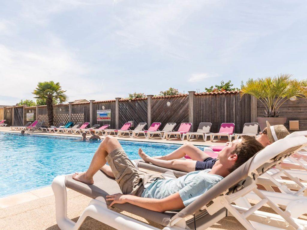 terrasse de la piscine du camping en vendée
